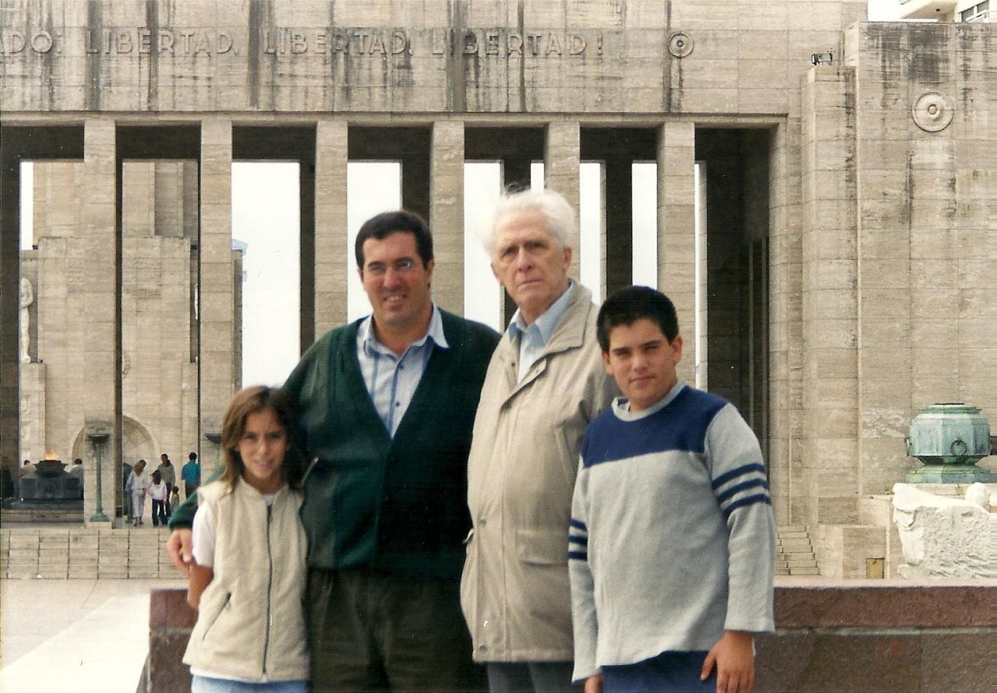 Luiz Alberto Moniz Bandeira junto a la familia de Marcelo Gullo en el Monumento a la Bandera en la ciudad de Rosario Argentina