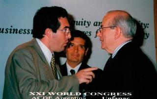 Marcelo Gullo discutiendo con  Michel Candessus (director del FMI) sobre el origen ilegítimo de la deuda externa argentina en la ciudad de Buenos Aires,  el 8 de mayo del 2002