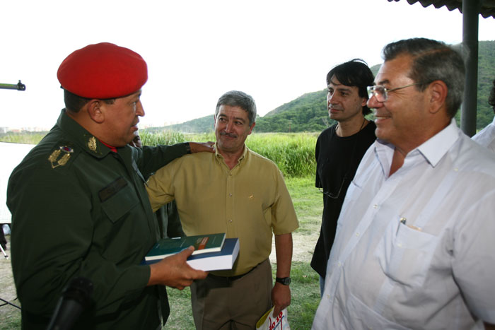 CHAVES RECIBE EL LIBRO DE MARCELO GULLO