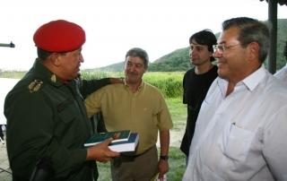 Horacio Ghilini y Mario Morant, dirigentes del SADOP entregando el libro La Insubordinación fundante de Marcelo Gullo al presidente Chávez