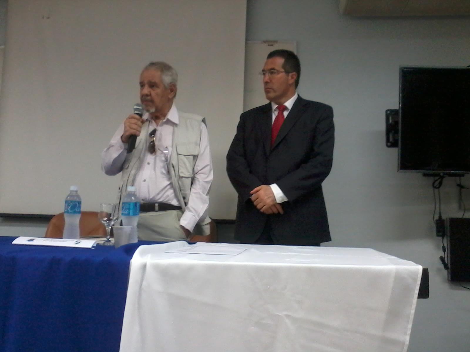 El Prof Eurico de Lima Figuereiro presentando a Marcelo Gullo 2014-10-23 10.19.57