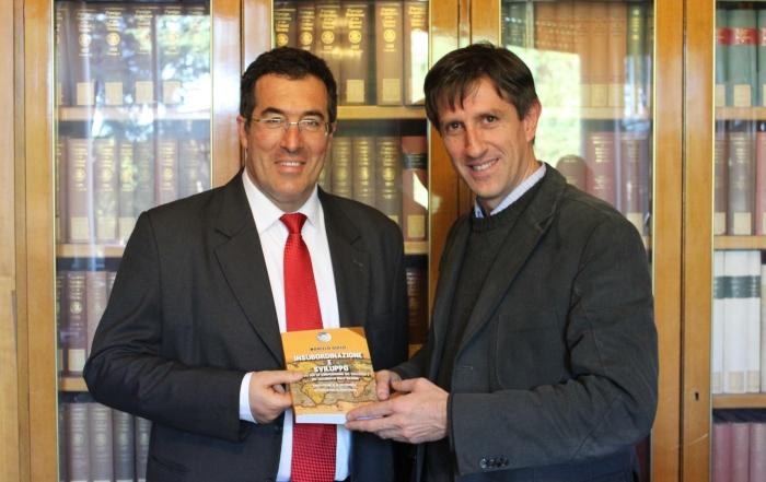 Marcelo Gullo entrega su libro Insubordinazione e Sviluppo al profesor Paolo Sellari